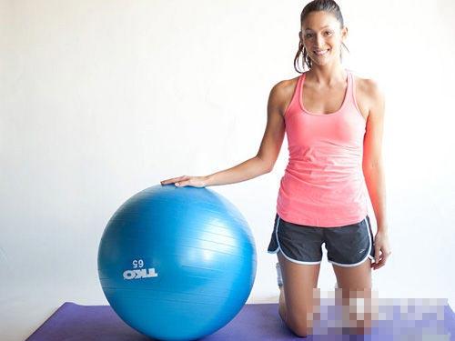 6步健身球減肥操 強力瘦腰(圖)